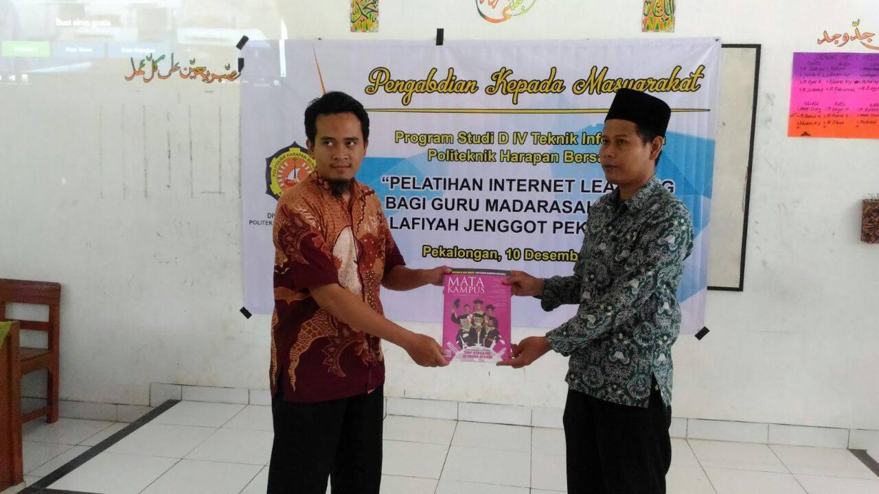 Dosen dan Mahasiswa Teknik Informatika Berikan Pelatihan Internet Learning Bagi Guru SMK di Pemalang dan Pekalongan