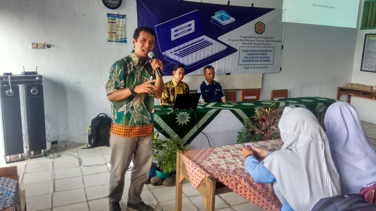 Dosen dan Mahasiswa TI Poltek HB Berikan Studi Kejahatan dan Keamanan Internet Bagi Guru dan Siswa SMK Muhammadiyah Bulakamba