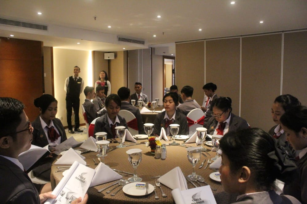 Mahasiswa D3 Perhotelan PHB Berkunjung ke Hotel Gumaya Semarang dalam rangka Pelatihan Table Manner