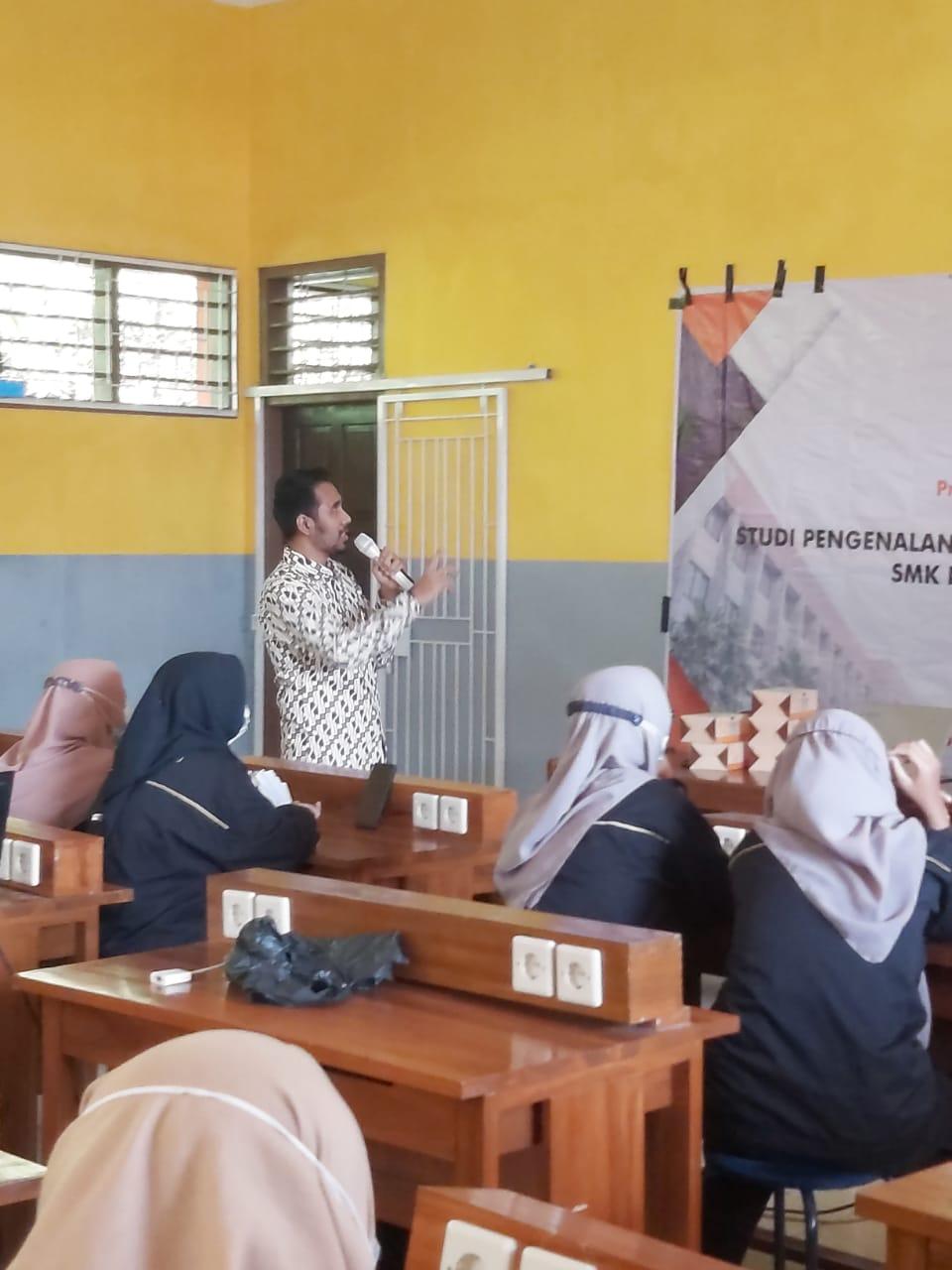 Dosen PHB Berikan Seminar dan Pelatihan Artificial Intelligence di SMK Nurul Islam Larangan